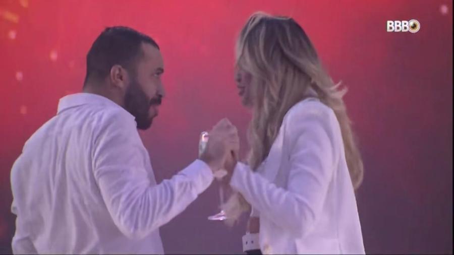 """BBB 21: Gilberto e Sarah se declaram durante o """"Réveillon BBB"""" - Reprodução/Globoplay"""