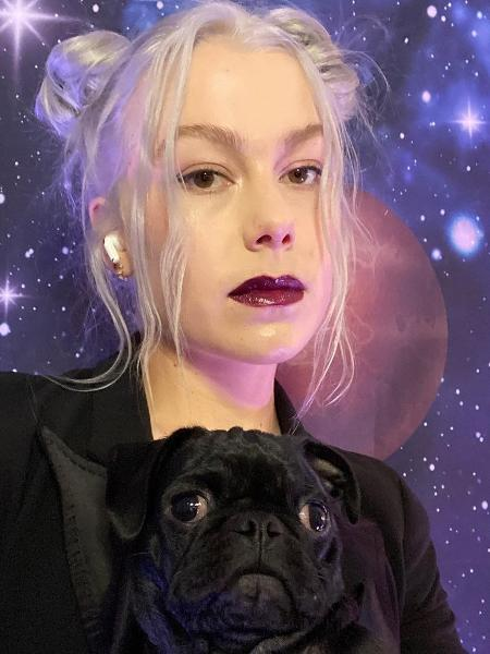 Phoebe Bridgers com a sua cachorrinha, Maxine - Reprodução/Instagram