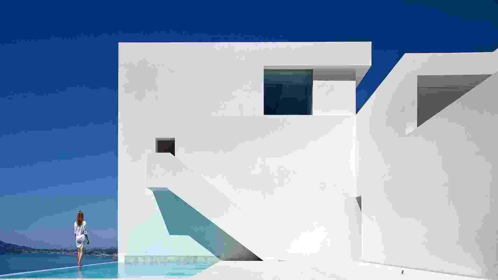 """É possível """"andar sobre a água""""? Na Casa do Penhasco, a piscina fica na cota mais baixa do terreno (em relação ao bloco residencial) e serve para trazer a paisagem para mais perto da casa. Sob o sol, a piscina se torna uma enseada tranquila e  convida à contemplação. A obra foi projetada pelo escritório Fran Silvestre Arquitectos, em Calpe, Alicante, no litoral da Espanha - Diego Opazo/ Divulgação"""