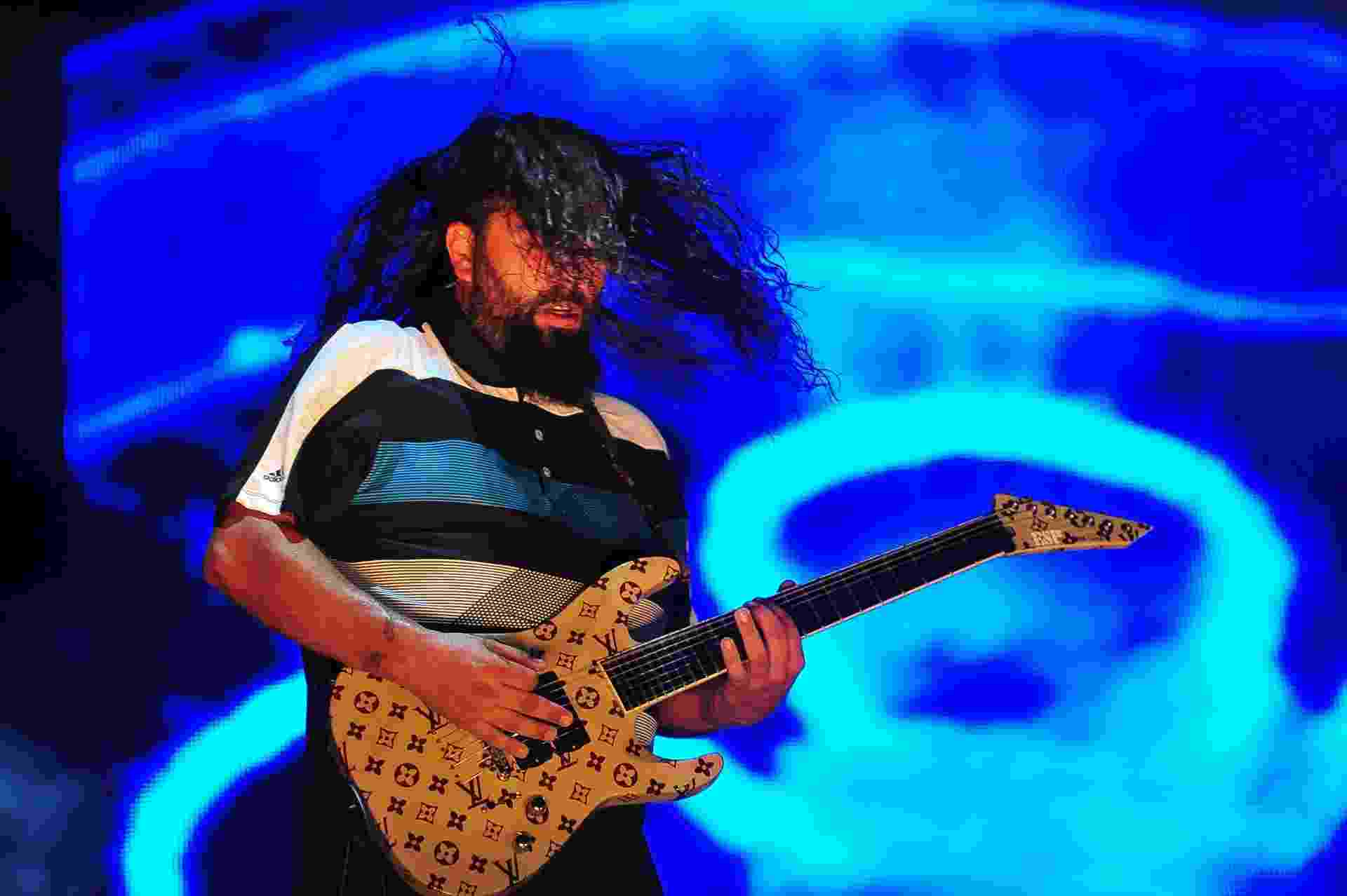 24.set.2015 - O guitarrista do Deftones, Stephen Carpenter, com guitarra com símbolos da Louis Vuitton no show do Rock in Rio 2015 - Ilan Pellemberg/Agência Estado