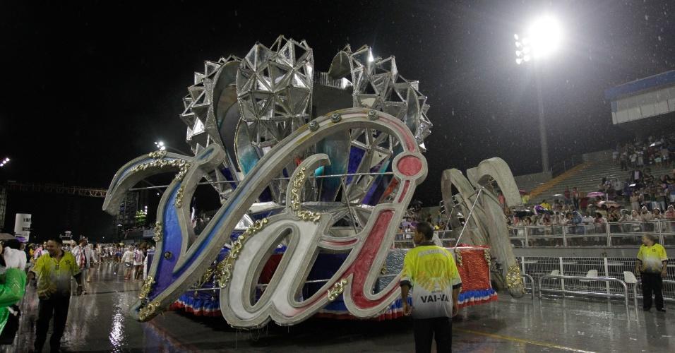 9.jan.2016 - Integrantes da escola de samba Vai-Vai fazem ensaio técnico para o Carnaval 2016, no sambódromo do Anhembi
