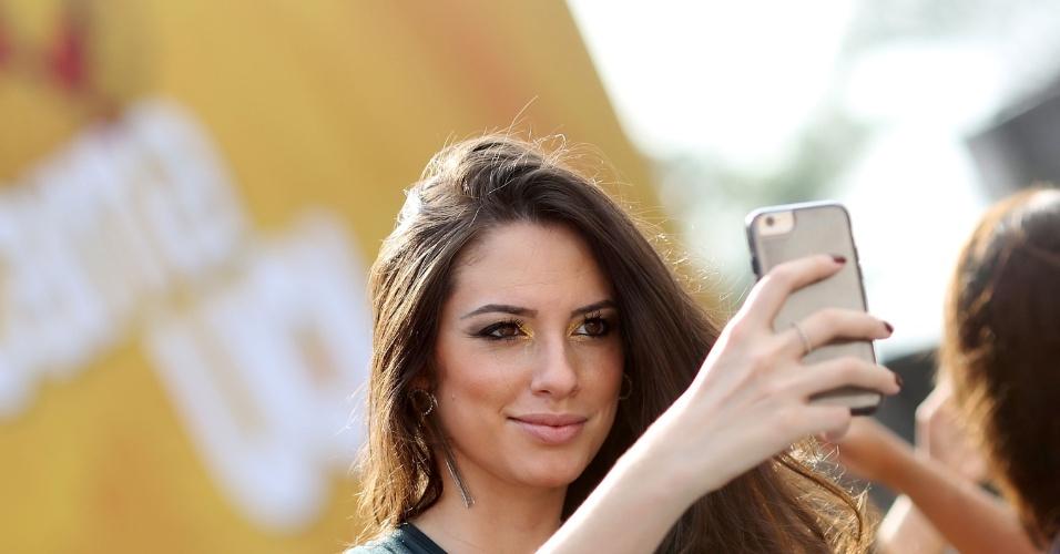 23.jan.2016 - Selfie? Claro que a foliona fez questão de registrar antes do samba rolar solto no evento