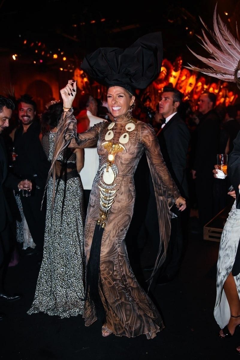 28.jan.2016 - Adriane Galisteu adota look étnico em Baile da Vogue, em São Paulo, cujo tema era Pop África