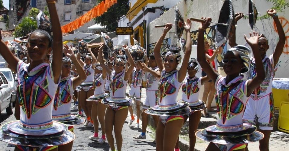 05.fev.2016 - Blocos de frevo já desfilam pelas ruas de Olinda (PE).