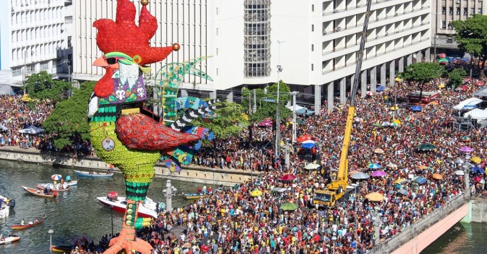 6.fev.2016 - O bloco Galo da Madrugada, principal atração do Carnaval do Recife, atraiu 2,5 milhões de pessoas para o centro da cidade, segundo a organização