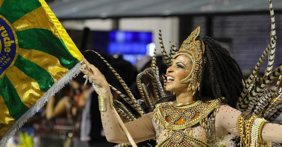 6.fev.2015 - Porta-bandeira da Unidos do Peruche, que fez desfile lembrando os cem anos do samba