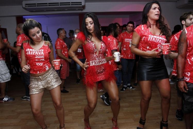 8.fev.2016 - Com vestidinho curto, Aline Riscado rebola em camarote da Sapucaí