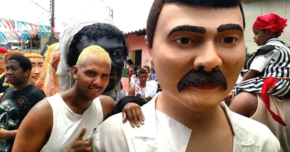 9.fev.2016 - Alisson Henrique (19) carrega boneco em homenagem ao Bacalhau de Batata, um garçon famoso de Recife