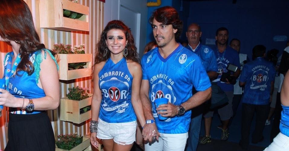 9.fev.2016 - Paula Fernandes chega com o namorado, o dentista Henrique do Valle, no camarote da Sapucaí