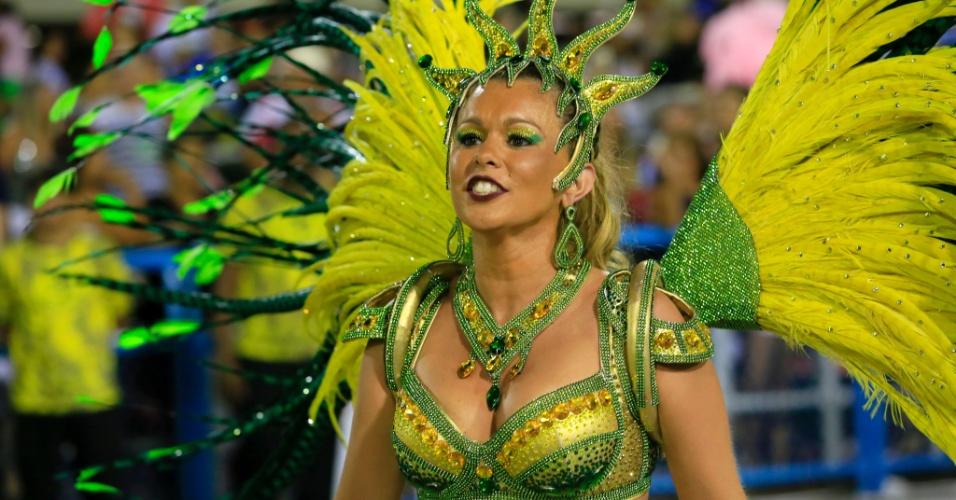 9.fev.2016 - Musa de São Clemente usa fantasia com as cores da bandeira