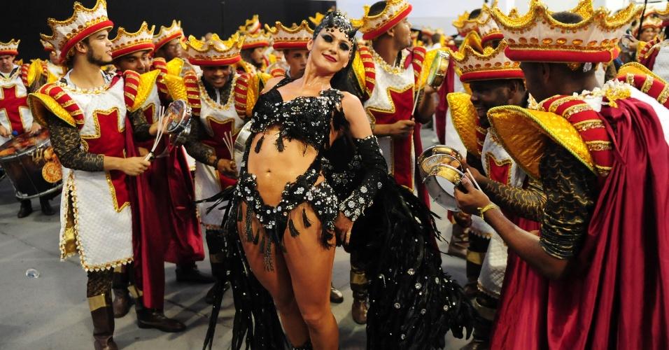 13.fev.2016 - Lívia Andrade posa com a bateria da Império de Casa Verde no desfile das campeãs