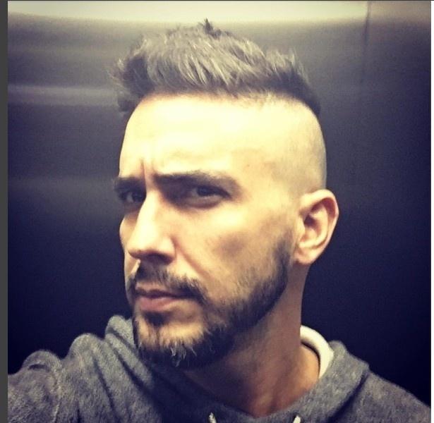 11.jun. 2016 - André Marques resolveu radicalizar no novo corte de cabelo. O apresentador, que raspou as laterais e manteve um pequeno topete no alto da cabeça, colocou uma foto no Instagram e escreveu na legenda: