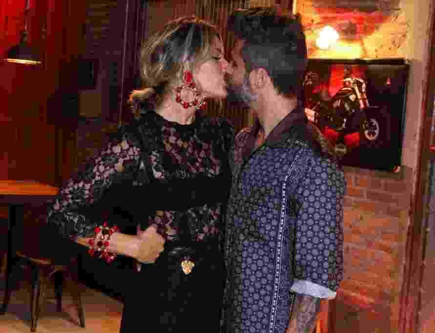 """25.ago.2016 - Bruno Gagliasso beija sua mulher, Giovanna Ewbank, na festa de lançamento de """"Sol Nascente"""" - Anderson Borde/AgNews"""