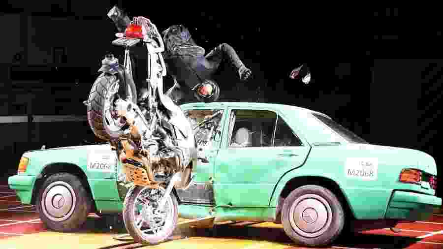 Teste simula acidente de moto: Itália testou eficiência de protetores de coluna - Divulgação