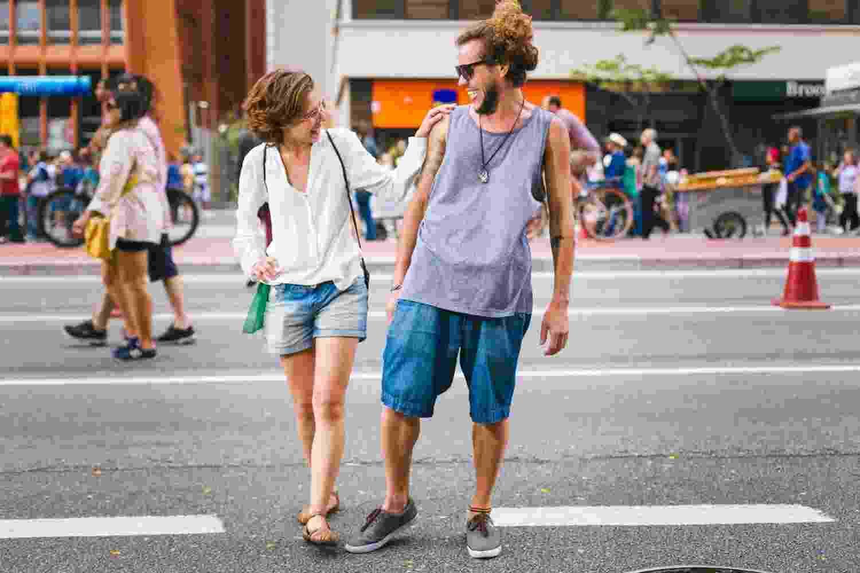 Moda da rua - Avenida Paulista: Laura Dionísio, 27, relações públicas, acompanhada de Fernando Torres, 30, psicólogo canino - Gabriel Quintão/UOL