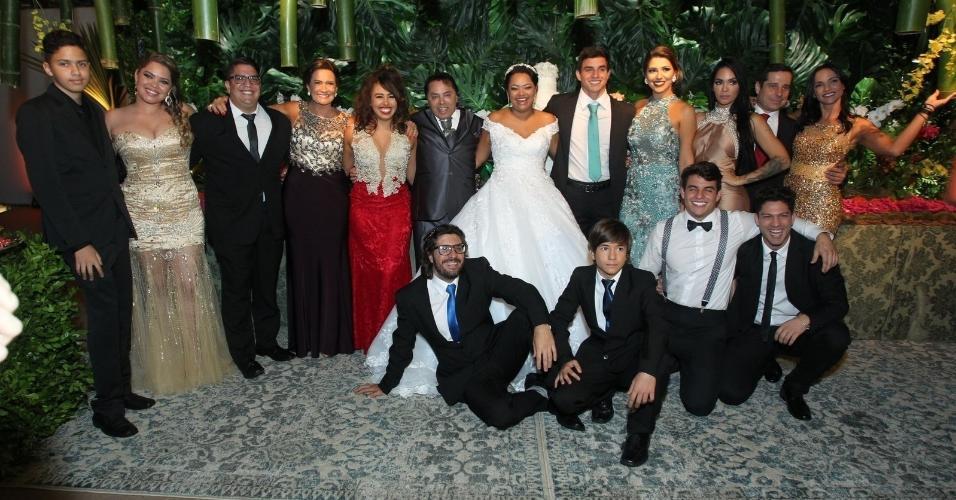 """Elis posa com os amigos que participaram do """"BBB17"""". Marcos e Emilly não foram ao casamento"""