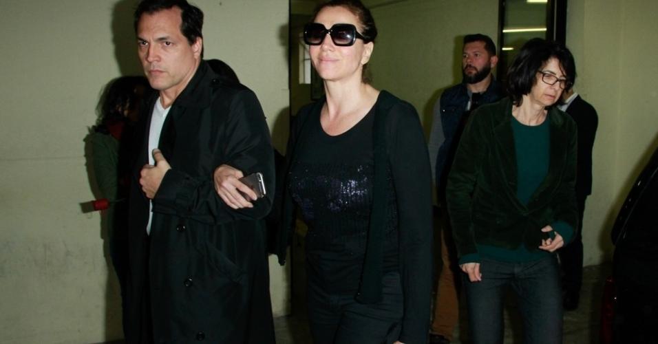 Marisa Orth deixou o velório de Tumura acompanhada do ator Daniel Boaventura. Os dois lamentaram a morte do amigo