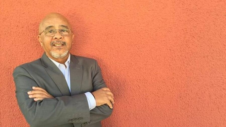 Cesar, que trabalhou em multinacionais como Microsoft e Thompson, diz que já foi barrado em recepção de empresas - BBC Brasil