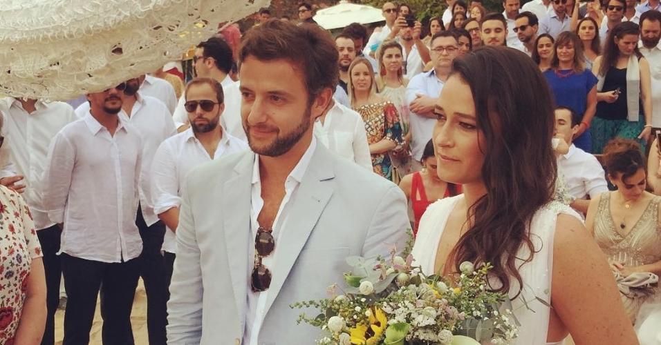 Os noivos, Maria Fernanda e Rodrigo, durante o casamento na praia