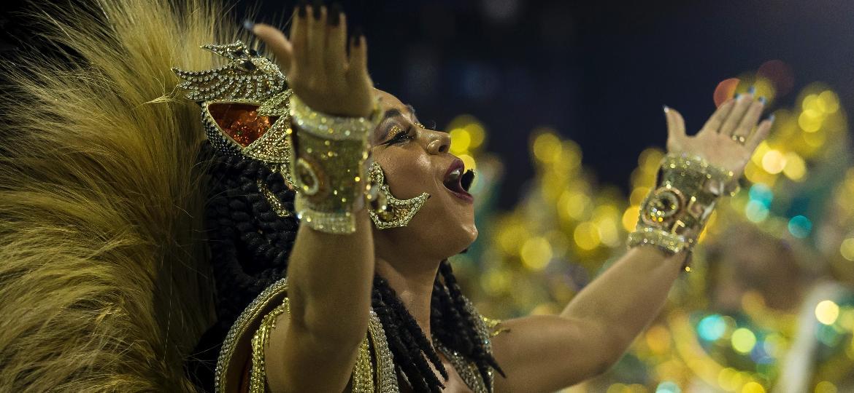 Tenente dos bombeiros, Flávia Lyra faz sua estreia como rainha da bateria da Imperatriz Leopoldinense - Bruna Prado/UOL