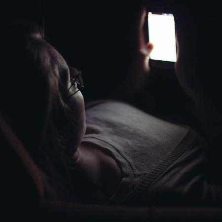 Adolescente no celular - Getty Images/iStockphoto