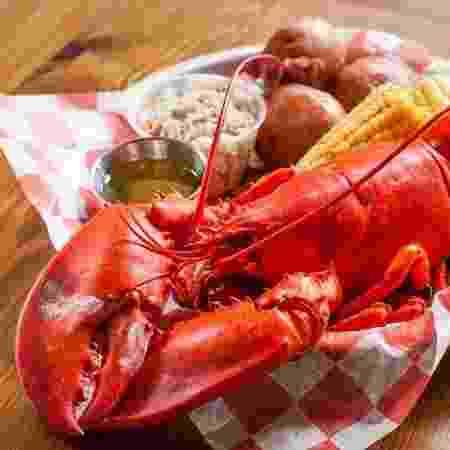 Restaurante serve lagosta  com milho, salada de repolho e batata  - Reprodução/Facebook
