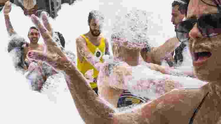 Banho de espuma foi uma das atrações da festa -  João Castellano/UOL