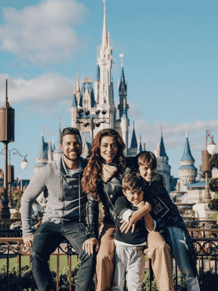 Juliana Paes com o marido, Carlos Eduardo Baptista, e os filhos, Pedro e Antônio - Reprodução/Instagram
