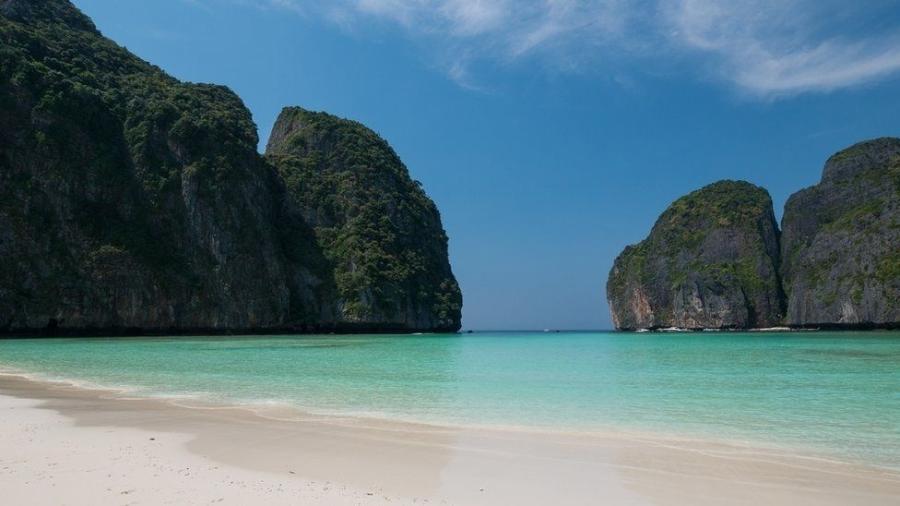 Maya Bay, na Tailândia, foi fechada aos turistas no ano passado para se recuperar dos danos ambientais - JONHATAN HEAD/BBC