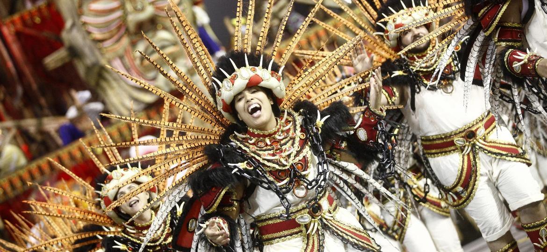 """Sob o enredo """"Brasil, Eu Quero Falar de Você"""", a Águia de Ouro abordou as diversas formas de exploração do povo brasileiro, desde a época colonial, com a escravidão de índios e negros, até o cenário de desigualdade social dos dias de hoje - Ricardo Matsukawa/UOL"""