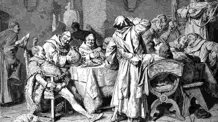 Monges provam vinho em gravura da Idade Média - Getty Images - Getty Images