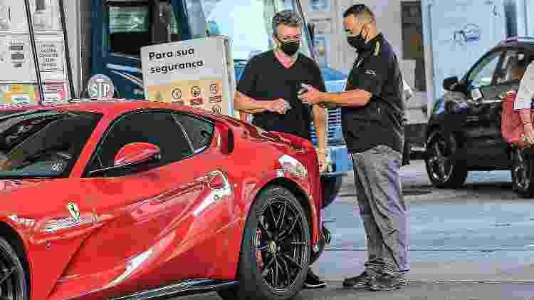 Boninho e sua Ferrari 812 Superfast em posto de combustível - Fabricio Silva / AgNews - Fabricio Silva / AgNews