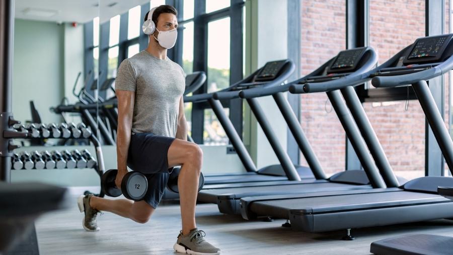 Afundo e outros exercícios com peso livre ou que exigem equilíbrio não são recomendados para quem ficou com confusão mental após a covid-19 - iStock