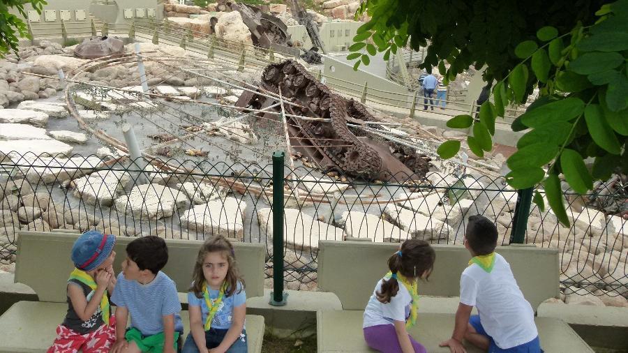 Crianças visitam museu do Hezbollah que exibe tanques israelenses destruídos - Marcel Vincenti/UOL