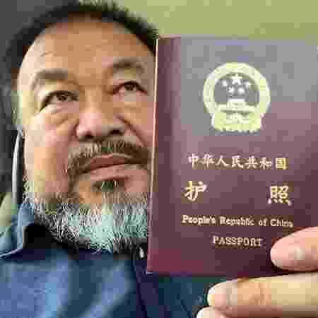 O artista Ai Weiwei mostra seu passaporte, devolvido pelo governo chinês - Reprodução/Instagram/aiww