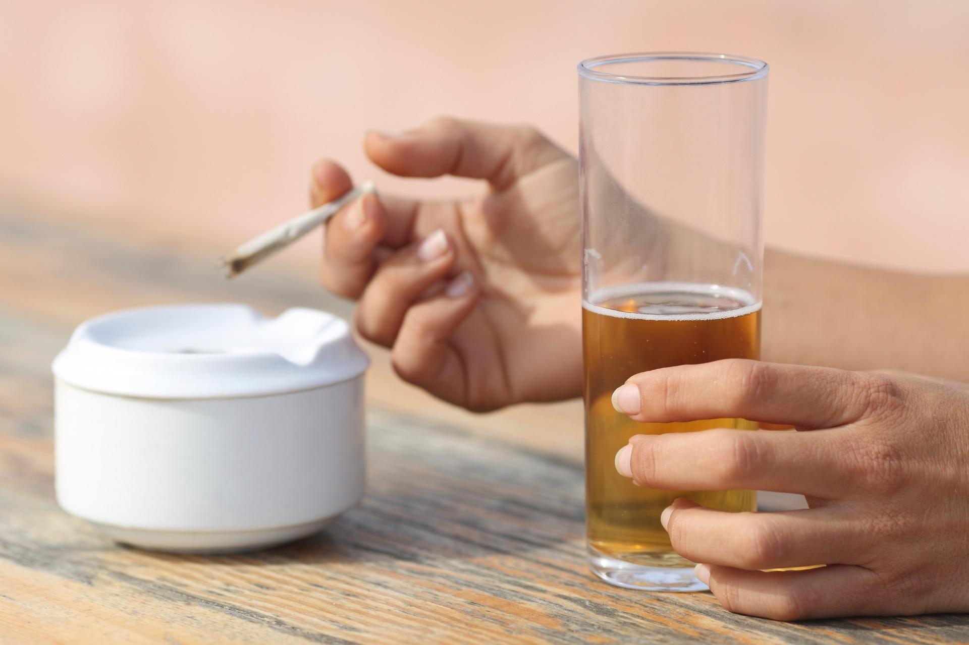 Deixar Adolescente Experimentar álcool E Cigarro é