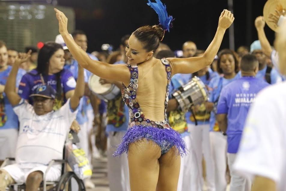 13.dez.2015 - Rainha de bateria Sabrina Sato participa de ensaio técnico da Vila Isabel, no Rio de Janeiro