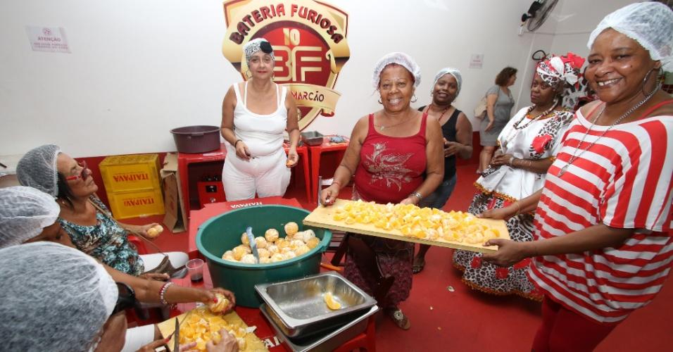 Equipe responsável pela preparação da feijoada do Salgueiro servida na quadra da escola