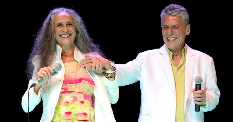 26.jan.2015 - Maria Bethânia e Chico Buarque cantam juntos no tradicional Show de Verão, que aconteceu na noite desta terça-feira no Vivo Rio