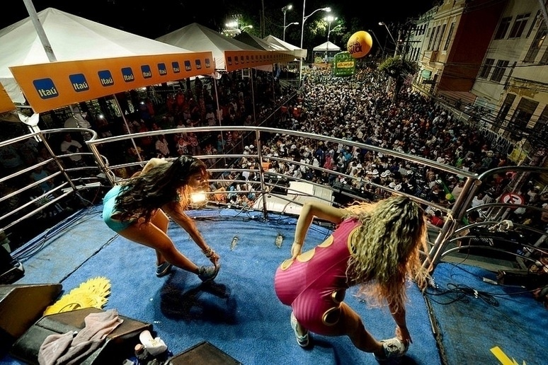 4.fev.2016 - É o Tchan se apresenta no bloco Bloco Pagode Total, em Salvador