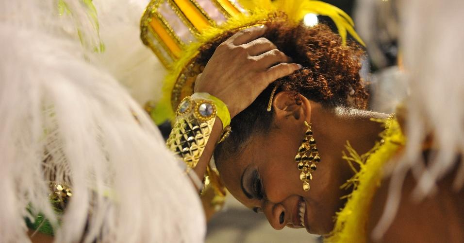 6.fev.2016 - Passista chora de emoção no fim do desfile da Rosas de Ouro, quarta escola a entrar na avenida
