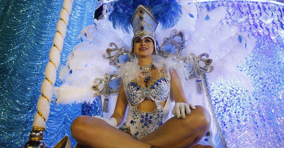 6.fev.2016 - Destaque da escola Nenê de Vila Matilde se prepara para entrar no Anhembi no Carnaval 2016 de São Paulo