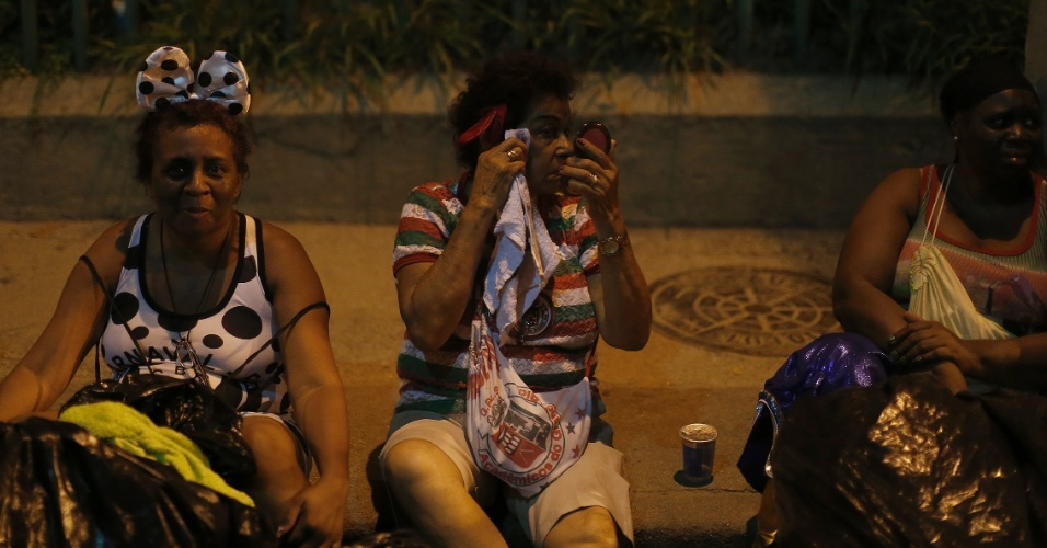 7.fev.2016 - Após o desfile, integrantes descansam depois de retirarem as fantasias, na Sapucaí