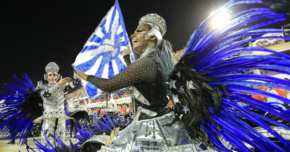 """9.fev.2016 - Douglas Barbosa e Camyla Nascimento, terceiro casal de meste-sala no desfile da Portela com o samba-enredo """"No Voo da Águia, Uma Viagem Sem Fim"""""""
