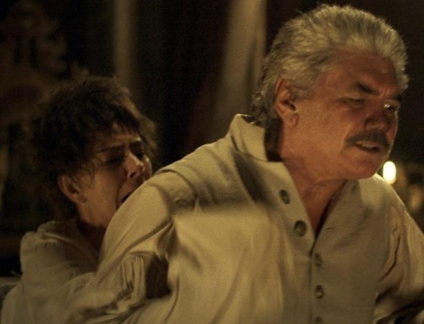 """Dionísia (Maitê Proença) golpeia Terenciano (Jackson Antunes) pelas costas em """"Liberdade, Liberdade"""" - Reprodução/GShow"""