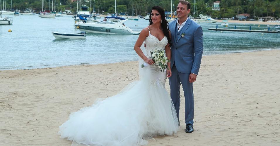 Rogério Padovan e Priscila Ferrari posam para foto em cenário paradisíaco de Ilhabela após se casarem