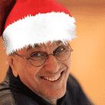 """Cateano Veloso publicou uma foto com um gorrinho do papai noel para desejar Feliz Natal para os seus seguidores. """"Feliz Natal para todos! Felicidade, paz e muita música! Um abraçaço"""", escreveu - Reprodução/Instagram caetanoveloso"""