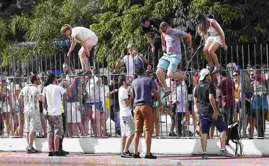 11.fev.2017 - Com muita gente ainda do lado de fora, o público do evento Carnaval da Praça quebrou parte do portão do Memorial da América Latina, e os foliões invadiram a área interna da festa - Leonardo Benassatto / Frame Photo