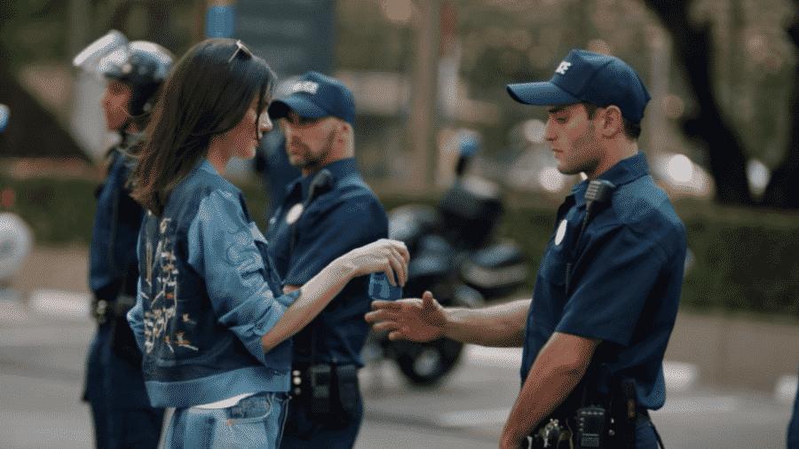 Kendall Jenner entrega Pepsi a policial em novo comercial da marca de refrigerantes - Reprodução