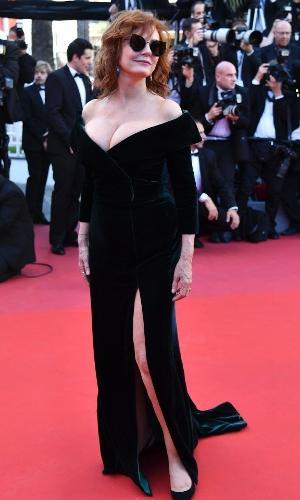 Susan Sarandon apostou na fenda e também adotou o veludo como o tecido para compor seu look ombro a ombro